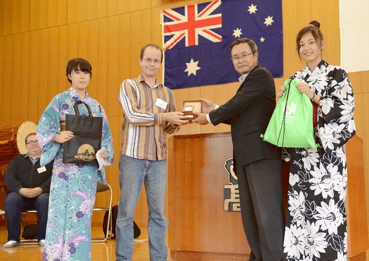 Exchange of commemorative gifts